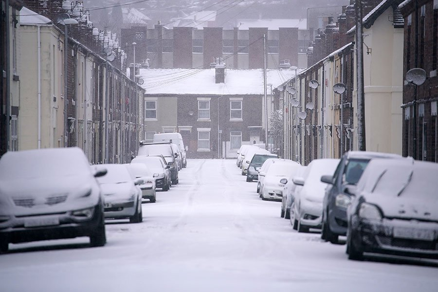 英國於2017年12月10日遭遇四年來的最大暴風雪襲擊,造成包括倫敦等各大城市的機場航班停飛,道路受阻。本圖為整個斯托克市在當天被大雪覆蓋的景象。(Christopher Furlong/Getty Images)
