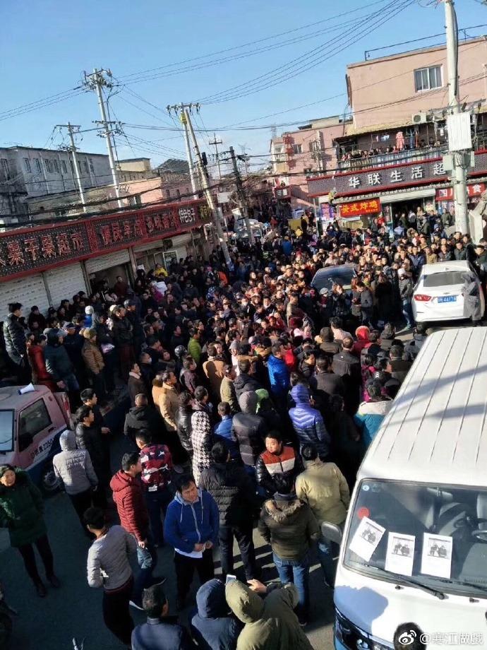 12月10日,北京爆發上百名「低端人口」上街遊行事件。(微博圖片)
