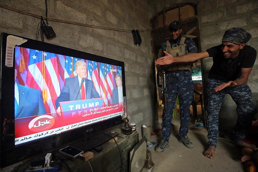 伊拉克士兵觀看特朗普去年當選總統當天發表演說。(AHMAD AL-RUBAYE/AFP/Getty Images)