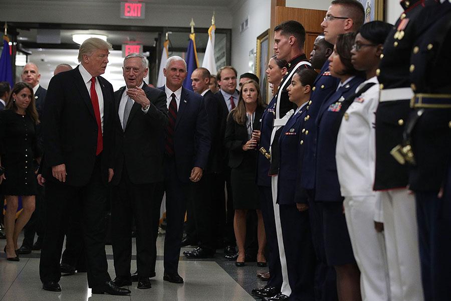 7月20日,特朗普和副總統彭斯,在防長馬蒂斯的陪同下視察國防部。(Alex Wong/Getty Images)