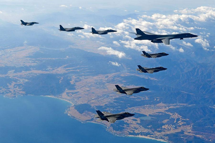 12月6日,美韓空軍史上最大規模「警戒王牌」聯合軍演中,美國空軍B-1B轟炸機飛越朝鮮半島。(Getty Images)886810480