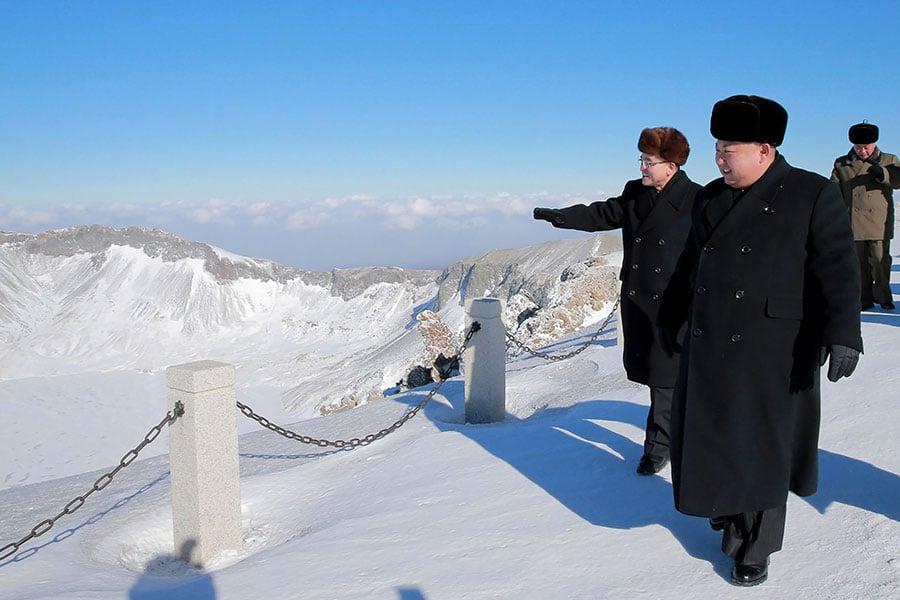 12月9日,北韓官媒報道金正恩登上白頭山頂的消息並刊發了照片。(KCNA VIS KNS/AFP/Getty Images)