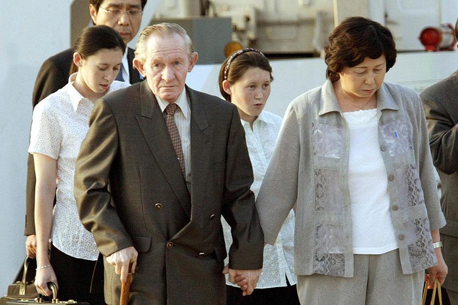 前美軍士官詹金斯(Charles Jenkins)曾叛逃北韓並滯留40年,他形容那裏的生活就像狗一樣。圖為2004年7月18日,他偕同兩個女兒離開北韓,抵達日本與妻子會合。(TOSHIFUMI KITAMURA/AFP/Getty Images)