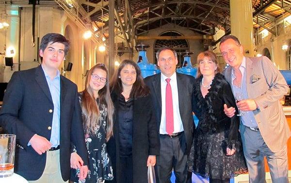 2017年4月7日,埃及王子Alexander-Ali Orloff(右三)和王妃Mino Orloff(右二)帶著孩子和朋友Eugenio Litta先生(右一)一起觀看了神韻世界藝術團在日內瓦的BFM劇院的演出。(大紀元)
