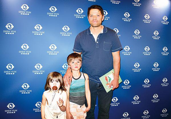 美國電視史上最長盛不衰的奇幻系列《狙魔人》明星Misha Collins帶著孩子前往觀賞神韻演出,讚超凡脫俗。(大紀元 )