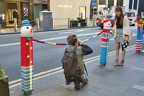 市民紛紛前來與「聖誕欄杆」拍照留念。(陳仲明/大紀元)