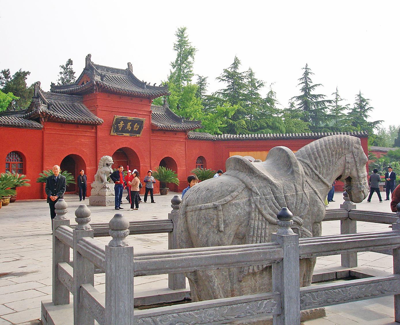 東漢第二個皇帝明帝好佛,在洛陽建立了中國歷史上第一個佛寺「白馬寺」。(Fanghong / 維基百科)