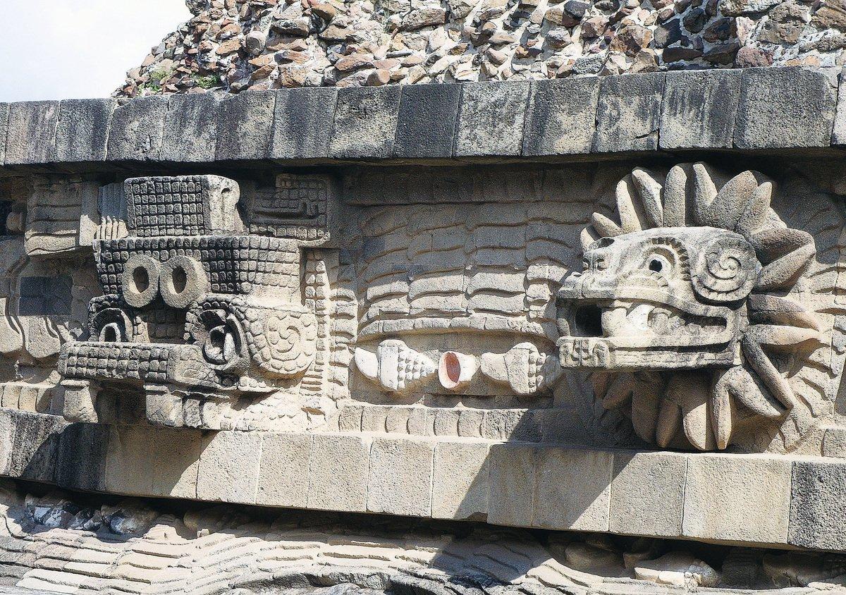 金字塔外牆的羽蛇神的石雕。(維基百科)