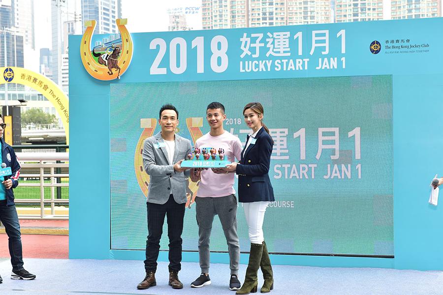 岑麗香(右一)與泰臣(左一)出席「2018好運1月1」賽馬日記者招待會。(郭威利/大紀元)