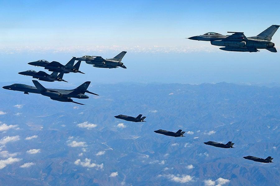 圖為2017年12月6日,美韓空軍史上最大規模「警戒王牌」聯合軍演中,美國空軍B-1B轟炸機飛越北韓半島。(南韓國防部via Getty Images)