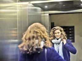 為甚麼要在電梯裏面 裝上大鏡子?