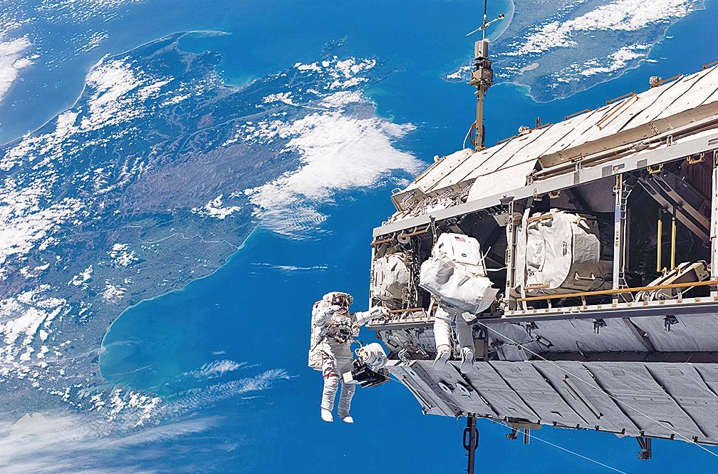 俄羅斯太空人說,在國際空間站外的取樣標本中,發現了活細菌。(NASA)