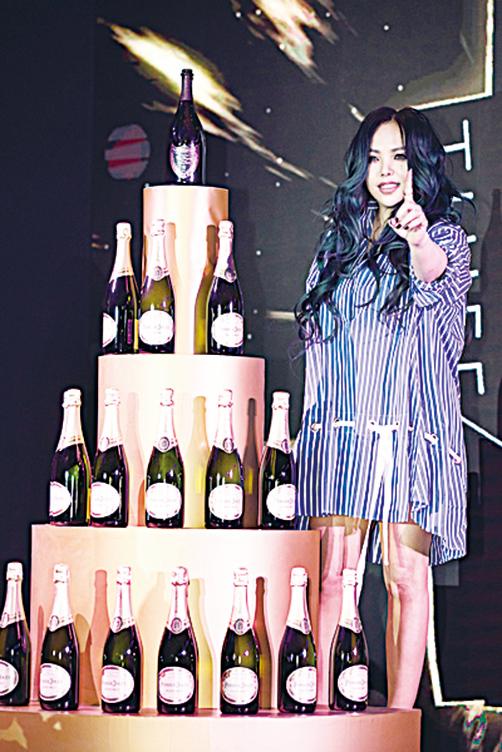 唱片公司高層獻上的香檳塔,祝賀阿妹新專輯正式在中國大陸發行。(環球音樂提供)