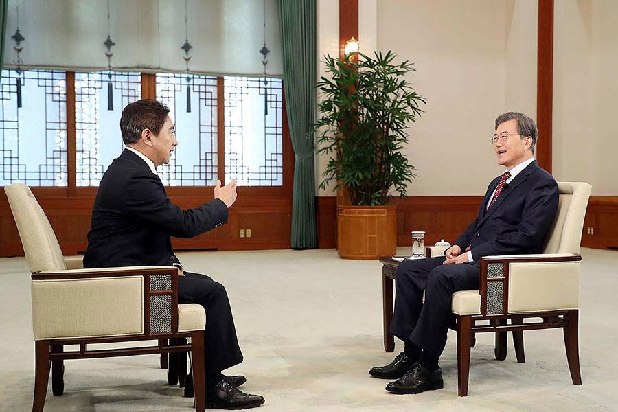 文在寅(右)訪中前夕的8日,在青瓦台接受了中共央視一次採訪。圖為採訪現場。(青瓦台)