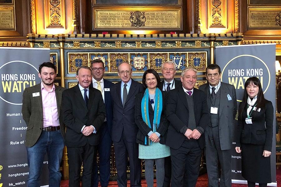 人權組織「香港觀察」於12月11日在倫敦成立。圖為「香港觀察」的三位董事丶五位贊助人和當天活動的主持人英國國會下議院議長約翰・伯考(右三)。(香港觀察提供)