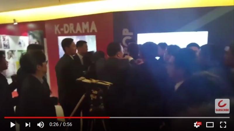 12月14日,中共警衛在北京攻擊跟隨南韓總統文在寅的南韓記者。(視像擷圖)