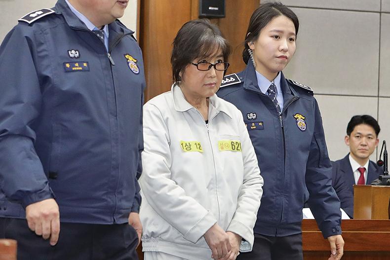圖為今年1月5日出現在法庭上的崔順實(中)。(Getty Images)