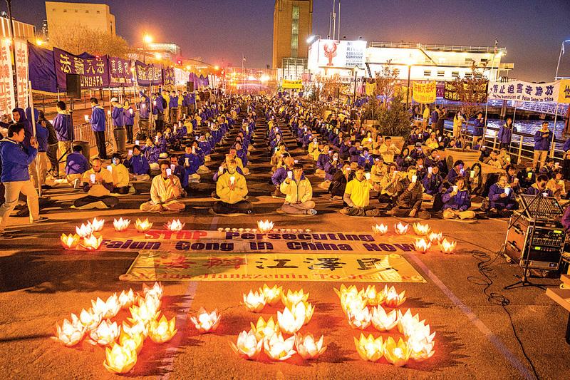 部份美國法輪功學員24日到紐約中國領事館前舉行燭光守夜活動,紀念「四‧二五」和平上訪17周年。(戴兵/大紀元)