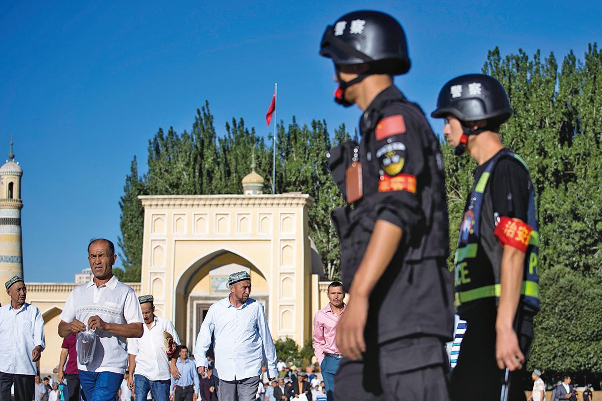 中共當局已經收集了12歲至65歲之間、該地區所有居民的DNA樣本、指紋、虹膜掃瞄和血型,存入數據庫。圖為今年6月,中共警察在新疆一清真寺外。(Getty Images)