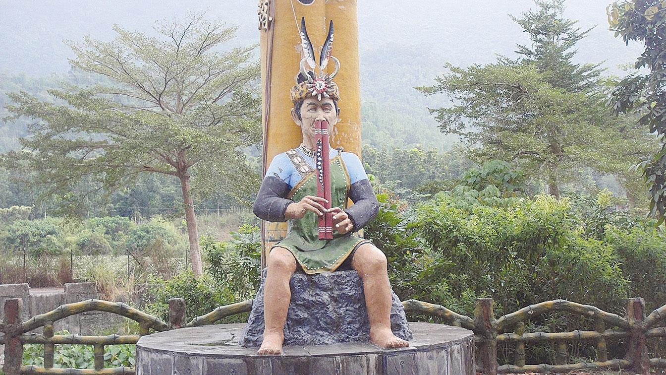 鼻笛吹奏技藝已是部落中重要的文化傳承資產。(楊秋蓮/大紀元)