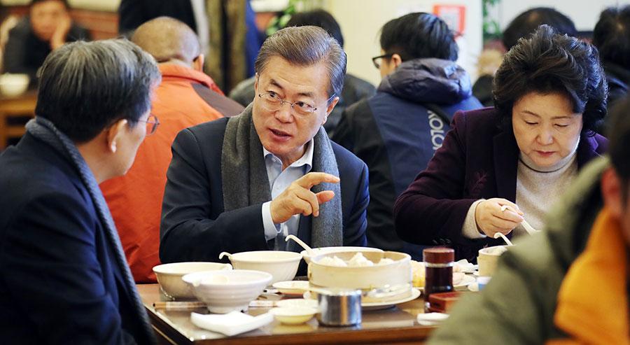 12月14日,到訪北京的南韓總統文在寅夫婦在一早餐店享用中國傳統早餐油條、豆漿等,還用手機掃碼支付68元早餐費。(大紀元資料室)