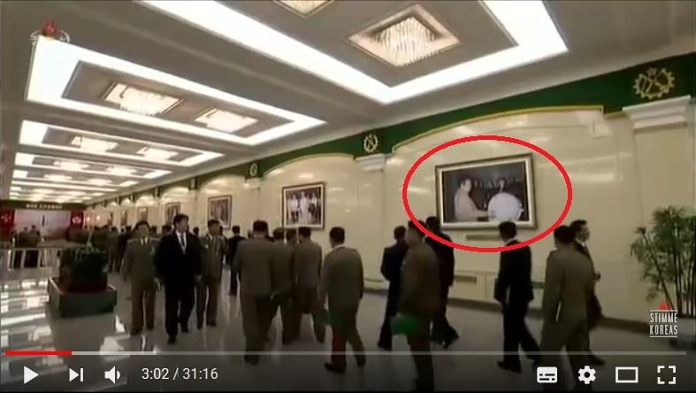 朝鮮中央電視台播出疑似前領導人金正日檢視氫彈的照片。(視像擷圖)