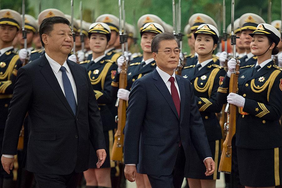 圖為南韓總統文在寅(左二)14日下午在北京接受中國國家主席習近平(左一)舉辦的歡迎儀式,兩人隨後展開正式會談。(Nicolas Asfouri-Pool/Getty Images)