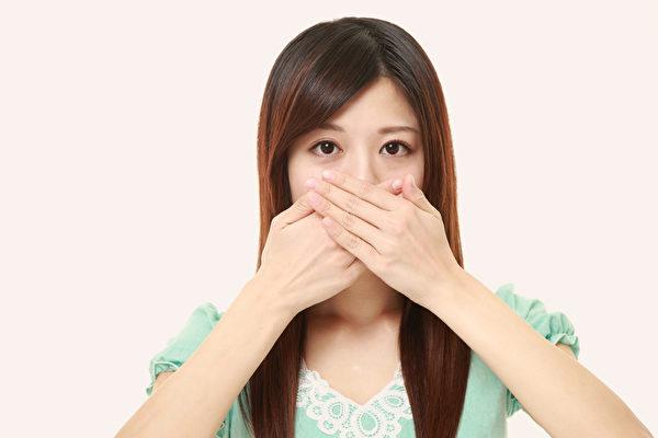 口臭原因有很多,根據原因對症治療就可免去困擾。(Shutterstock)