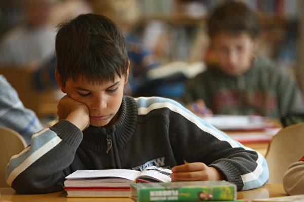 以朗讀的方式閱讀能增強對所讀內容的記憶。(Getty Images)