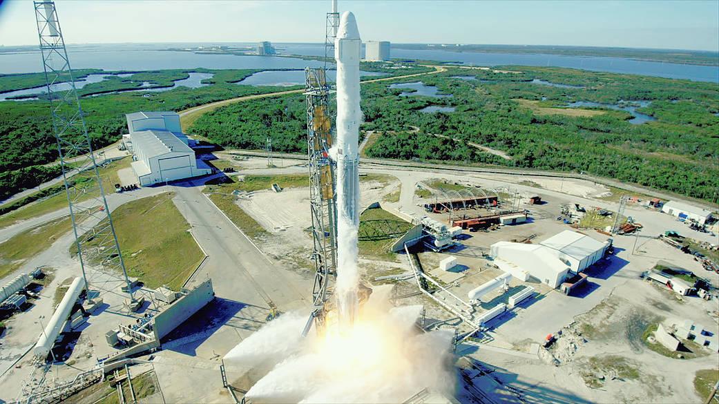 美國太空探索科技公司SpaceX再創歷史。12月15日,SpaceX首次同時利用回收的火箭及「二手」無人貨運飛船,為美國太空總署向國際太空站運送物資。(NASA)