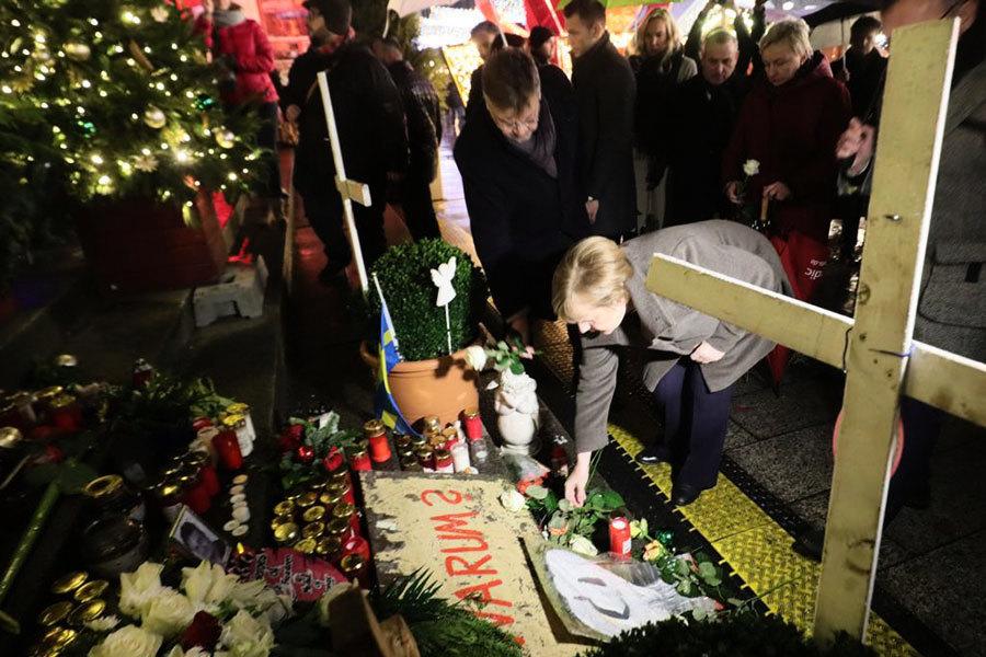 柏林聖誕市場恐襲一周年 總理默克爾獻花