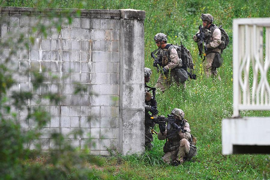 美韓軍方於2017年12月舉行代號為「勇士突擊」的演習。圖為美韓士兵於2017年9月在南韓抱川市舉行一項演習。(JUNG Yeon-Je/AFP)
