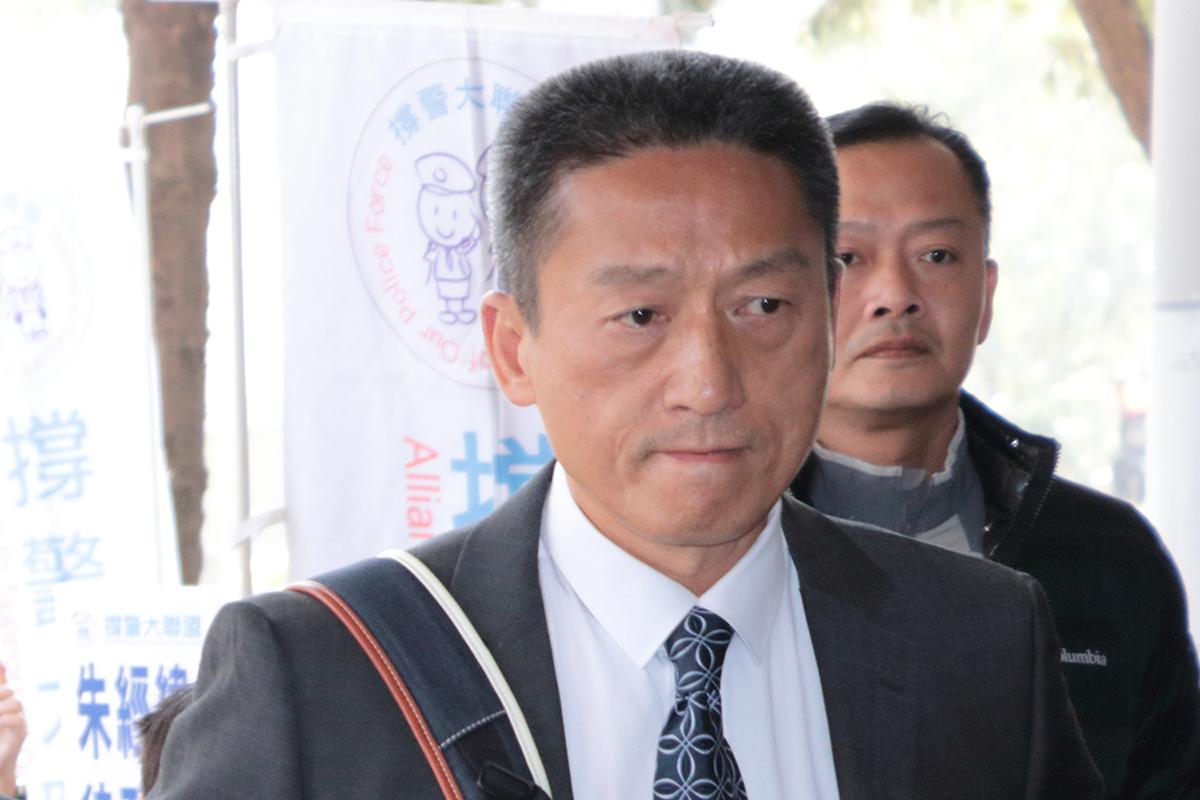 退休警司朱經緯以警棍襲擊市民案,昨他出庭應訊,被裁定罪名成立,押後至本月底判刑。(蔡雯文/大紀元)