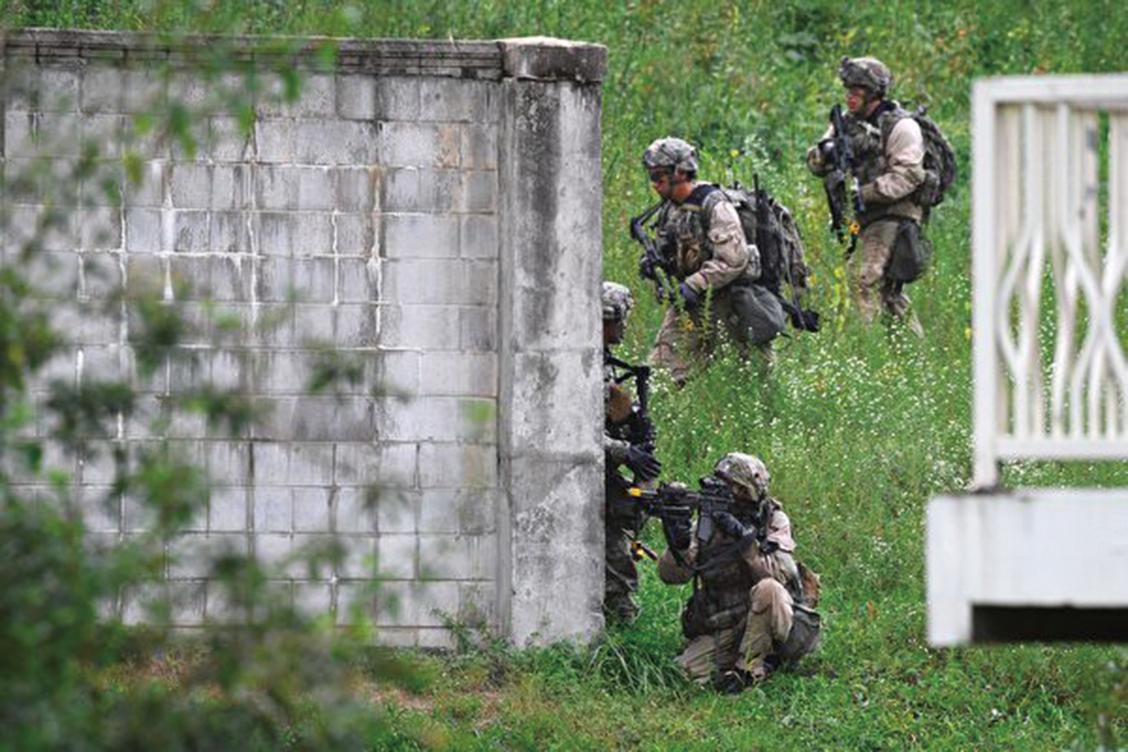 美韓軍方於2017年12月舉行代號為「勇士突擊」的演習。圖為美韓士兵於2017年9月在南韓抱川市舉行一項演習。(AFP)