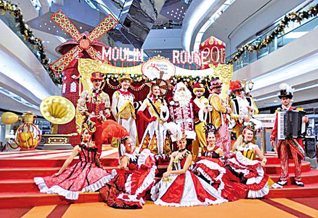 穿上法式紅磨坊舞台服飾的表演隊伍,為顧客獻上雜技及歌舞表演。(「又一城」官方網站)