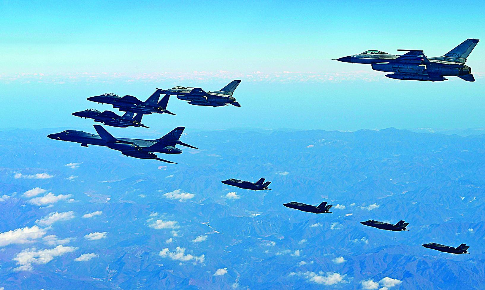 12月6日,美韓空軍史上最大規模「警戒王牌」聯合軍演中,美國空軍B-1B轟炸機飛越朝鮮半島。(Getty Images)
