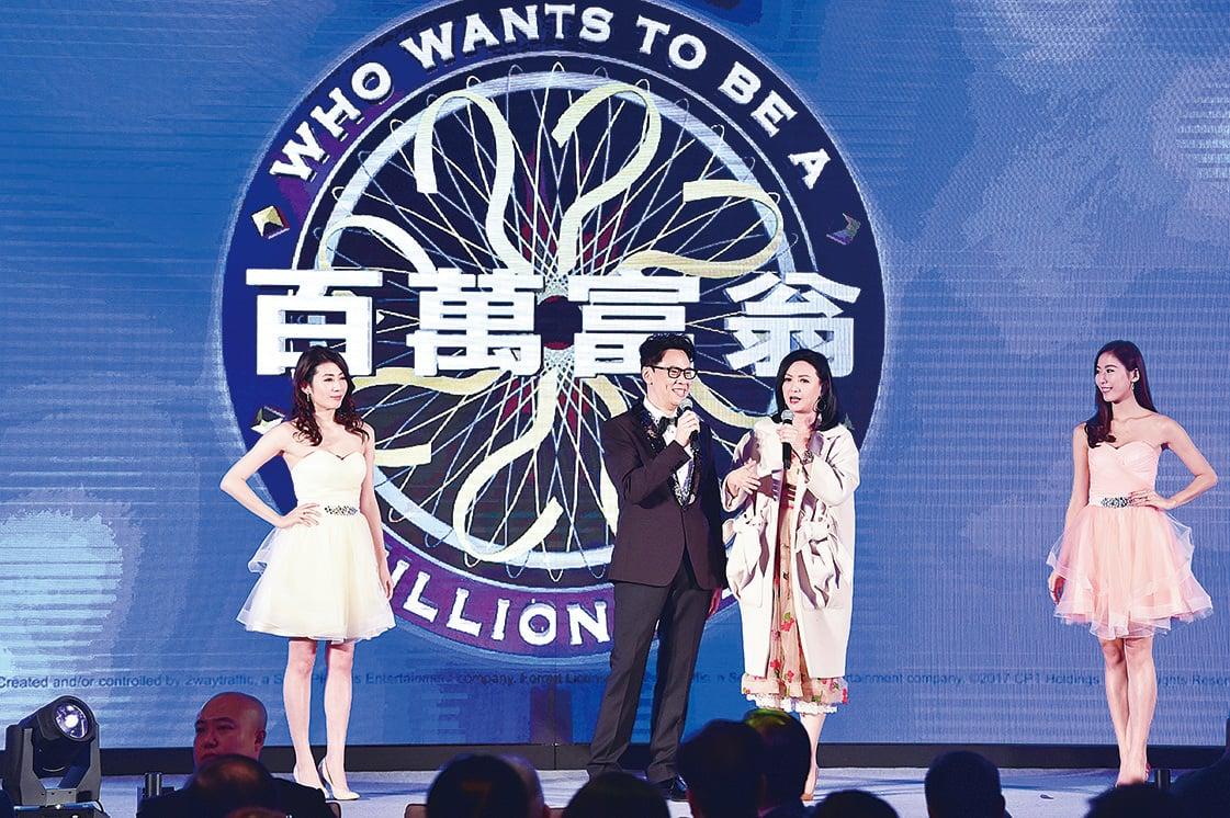 陳志雲(左二)將會主持新版《百萬富翁》。(郭威利/大紀元)