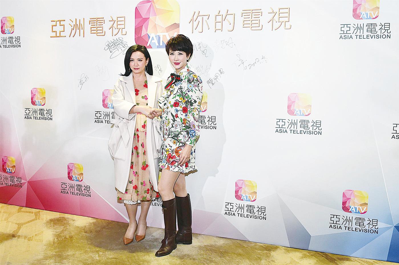 曾華倩(左)與朱慧珊對亞視OTT會推出《我和殭屍有個約會》和《英雄本色》電視劇版感到期待。(郭威利/大紀元)