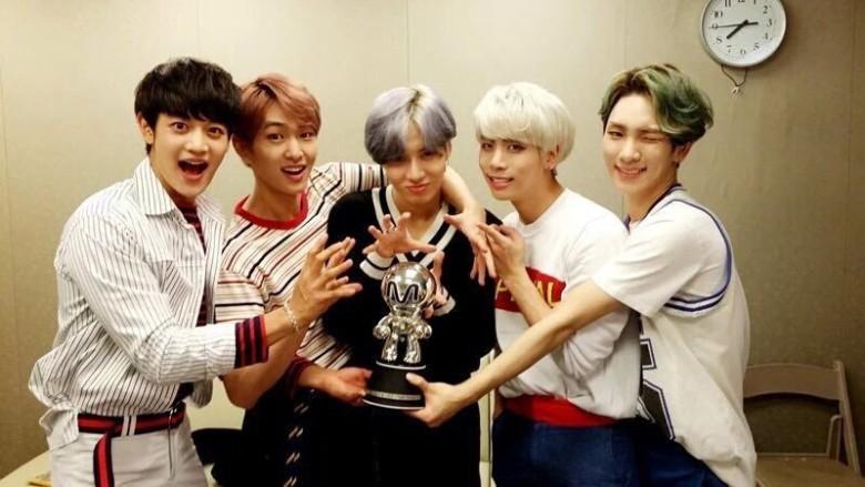 韓國男團SHINee成員共5人,鐘鉉(右二)是主音歌手。(網絡圖片)