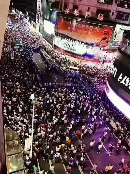 5月9日晚,數萬名清遠市民聚集在市中心廣場上,齊呼「抗議」,當局出動數千警力使用催淚彈進行鎮壓。(網絡圖片)