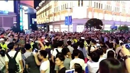上海逾千商住業主南京路遊行,遭數百警察鎮壓。(網絡圖片)