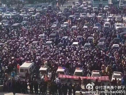 2月16日,黑龍江大慶民眾再次來到市政府示威,要求高污染企業忠旺鋁業滾出大慶,當地政府調動500警力進行鎮壓。圖為2月14日現場。(網絡圖片)
