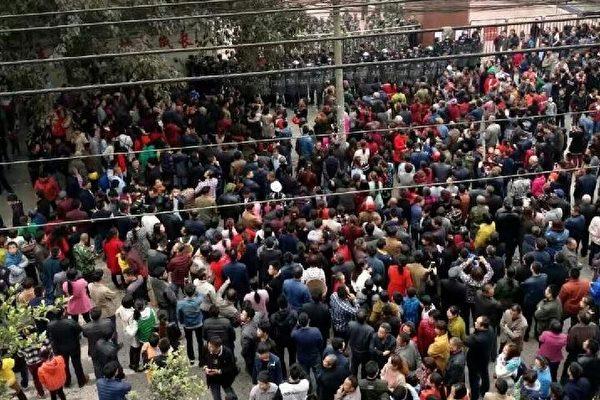 連續多日,瀘縣太伏鎮太伏中學一學生離奇死亡事件引發民憤,要求公開真相的呼聲此起彼伏,當局調動大批警察進行鎮壓。(網絡圖片)