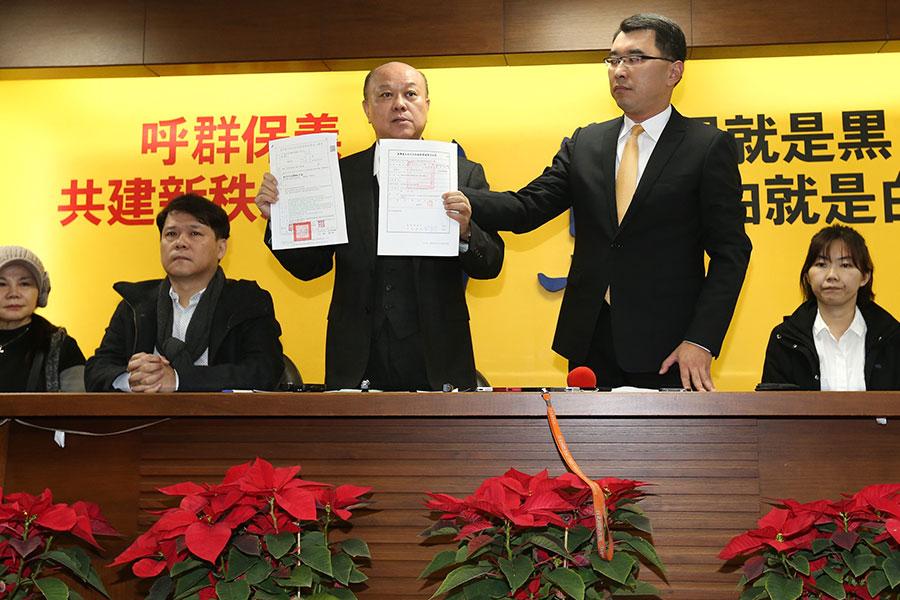 新黨上午召開緊急記者會,副主席李勝峰(左3) 持2份搜索票對外說明。(中央社)