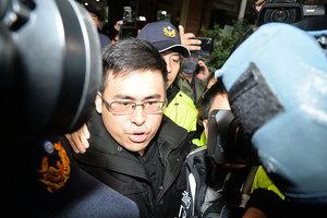 王炳忠疑涉「國安法」 清晨遭警調破門搜索