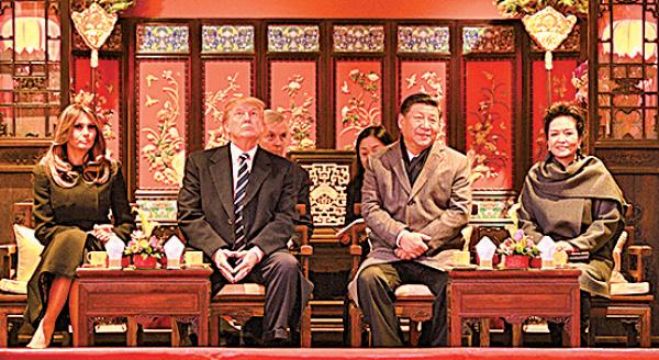 專家指共產黨的特性是欺軟怕硬,特朗普強勢,反而在訪問中國時受到最高級的待遇。圖為11月8日,特朗普是首位獲習近平在故宮全程接待的外國元首。(JIM WATSON/AFP/Getty Images)
