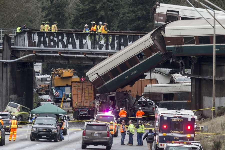 周二(12月19日),美國國家運輸安全委員會援引數據紀錄器的信息表示,出軌列車當時在限速每小時30英里的路段,行駛時速為80英里。(Stephen Brashear/Getty Images)