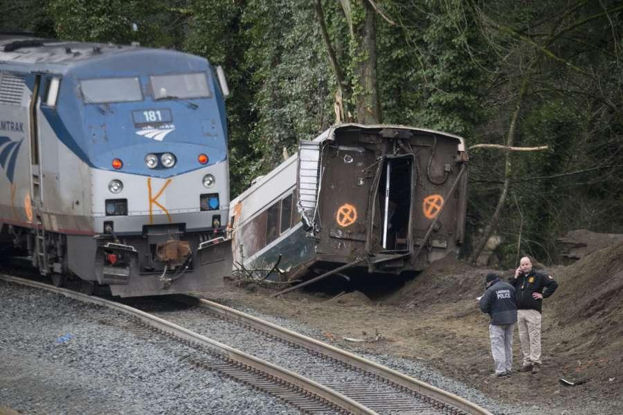 一節車廂墜落到鐵路橋下面繁忙高速公路上,造成至少3名火車乘客喪生,100多人受傷送醫。(Stephen Brashear/Getty Images)