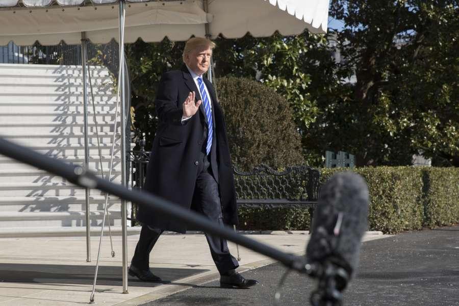 特朗普上任後,主流媒體鮮少報道他的政績。霍士新聞評論員說,如果媒體報道特朗普的政績,會是個「聖誕奇蹟」。(Chris Kleponis-Pool/Getty Images)