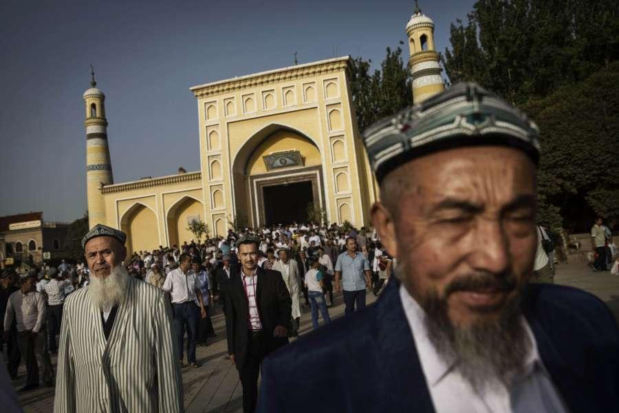 在沒有審判的情況下,成千上萬的維吾爾人被送入秘密集中營。(Kevin Frayer/Getty Images)